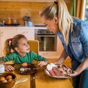 Želite da vaš školarac bude jak i zdrav? Onda iz kuće bacite pahuljice i hrenovke, a dajte mu jaja, ribe, mesa, masla i pancete!